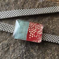 印伝と手織り麻の帯留め