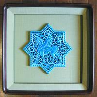 青釉黒彩陶額「グリフィン」