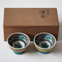 【千代久】九谷色絵松竹梅文酒盃一対 Kutani Enameled Sake Cups with Shochikubai Design, a pair 20th C