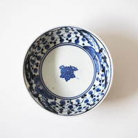 【季節のうつわ】古伊万里染付印判枇杷雪輪文深皿  Imari Blue and White Dish with Design of Loquats and Snowflakes 18th C