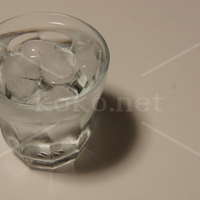 水と氷りの入ったグラス(カラー)