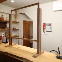 スタイリッシュな木製【窓口高さワンタッチ調節式】ウィルス飛沫対策シールドパネルパーテーション S