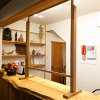 スタイリッシュな木製【窓口高さワンタッチ調節式】ウィルス飛沫対策シールドパネルパーテーション L