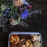 『季節のお菓子とお花のお届け便』母の日の贈りもの /  配送