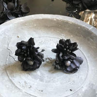 黒いお花のピアス*