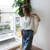 【リネンブラウス】洗い込まれたくったりベルギーリネンで魅せる、スラッシュネックデザインプルオーバーブラウス(オフホワイト)