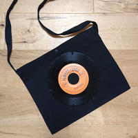 本物のレコードを使ったサコッシュ「bagu」ブラックxオレンジ SA-104BOR