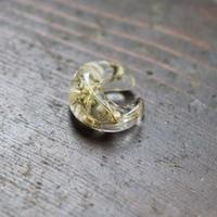 イヤーカフ カスミソウ 緑の茎と白い花