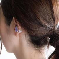 氷カットのイヤーカフ   バラと紫かすみ草
