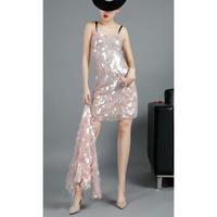 パーティーコーデ大きいスパンコールペールピンクドレス
