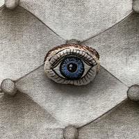 目のブローチ B