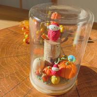 カボチャいっぱいの苺ぼうや|秋のガラスドームL
