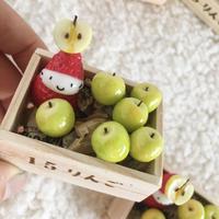 青りんごの木箱の苺ぼうやオブジェ