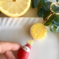レモンチーズケーキの苺ぼうやキーホルダー