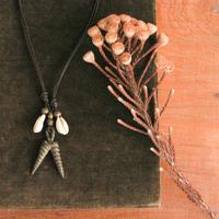 カウリーシェルとアカン分銅の革紐ネックレス