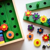 〈2才-〉【「数」の玩具】【木製ゲーム/色・数・形】ステッキお花畑 ※入荷予定日2019年7月20日