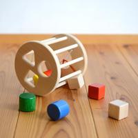 〈6ヶ月-〉【動きの玩具(見る→動かす)】〈1才-〉【型はめ遊び】【「形」の玩具】N筒型ポストボックス  赤/ 白木