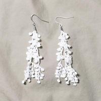 レースピアス「葉っぱの踊り」白