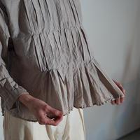 yatra|植物染め シルクコットン ボックスプリーツシャツ myrobalan gray