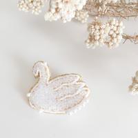 【6月号掲載分】Cotoha 鏡の森 Swanブローチ Msize white