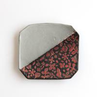 萩原由希子|16掻き落とし掛分隅切皿 赤い実