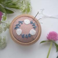 北欧てしごと教室|草花の刺繍 ピンクッションの刺繍キット/白いお花