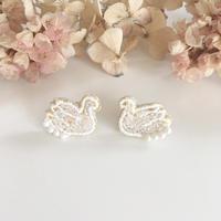 【6月号掲載分】Cotoha|鏡の森 Swan耳飾り white
