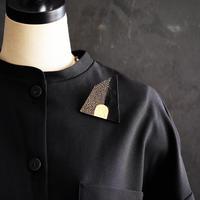SUNn・寸|黒い革と真鍮のブローチ NO.3