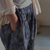 yatra|ブロックプリント×植物染め ツータックワイドパンツ pottery blue × myrobalan gray