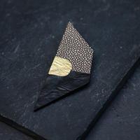 SUNn・寸 黒い革と真鍮のブローチ NO.2
