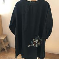 秋の庭のねこ 刺繍ワンピース ブラック