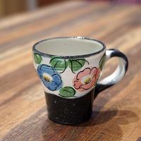半谷窯の椿紋のマグカップ