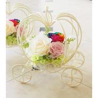 【送料無料】プリザーブドフラワー レインボーローズ かぼちゃの馬車 白 結婚式 贈呈品 誕生日 シンデレラ