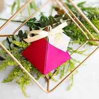 新品送料込 ギフトボックス 50個セット 三角型 赤×金 リボン付 バレンタイン お誕生日会 結婚式 ラッピング プレゼント