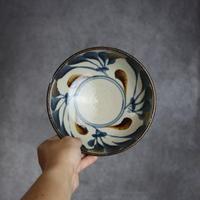 7006031 【陶芸こまがた】6寸鉢 唐草模様(紺・茶)