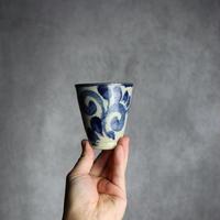 7013083【榮一工房】呉須釉 唐草紋 コップ(小)  ③