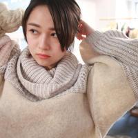 白に包まれた彼女のハイネック・ニット・セーター / nisai