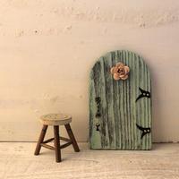 ペールグリーンのバラのラウンドドア
