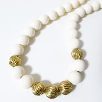 【Monet/モネ】ホワイトプラスチック&ゴールドメタルビーズ ネックレス/ヴィンテージ