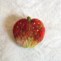 りんごのブローチ