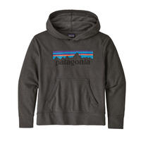 Patagonia(パタゴニア) レディース対応 キッズ・ライトウェイト・グラフィック・フーディ・スウェットシャツ #63025   P-6 Logo: Forge Grey (PFOG)