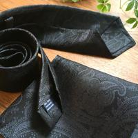 Oguri Original ネクタイ&ポケットチーフ 大柄ペーズリー グレー×ブラック