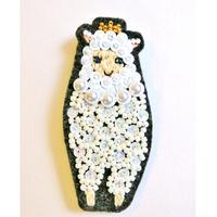 王冠を被った羊のブローチ