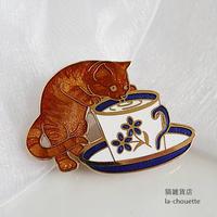 エナメル(七宝)ブローチ・カップ猫 (02-305)
