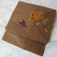 【なごや帯】路考茶色地 相良刺繍植物文なごや帯