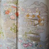 【袷】暈し染め 雪輪に四季花の風景のスワトウ刺繍附下げ