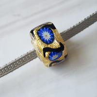 【帯留】ヴェネチアングラス帯留 四角ゴールドにブルーの小花 薄灰色系の二分紐