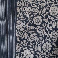 【浴衣】紺×黒など 縦縞に花唐草更紗紋 浴衣