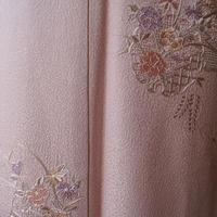 【袷】桜鼠色裾暈しスワトウ刺繍附下
