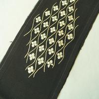 【半衿】黒ちりめん地 立て涌に花文 アンティーク刺繍半襟